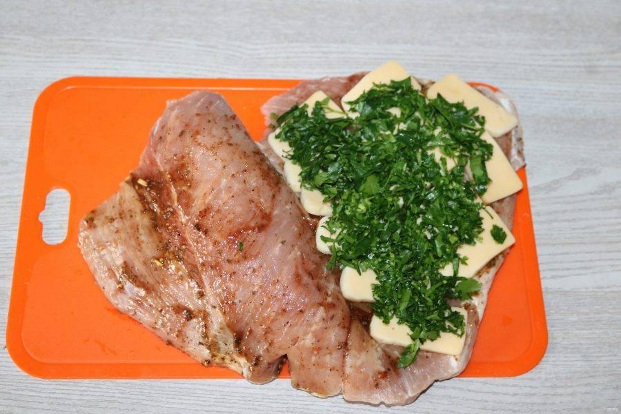На сыр выложите мелко нарезанную петрушку.