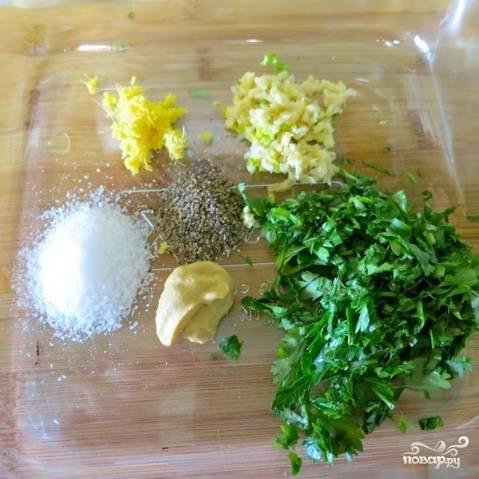 В форме для запекания смешиваем все ингредиенты для маринада - чеснок, имбирь, зелень, горчицу, соль и перец.
