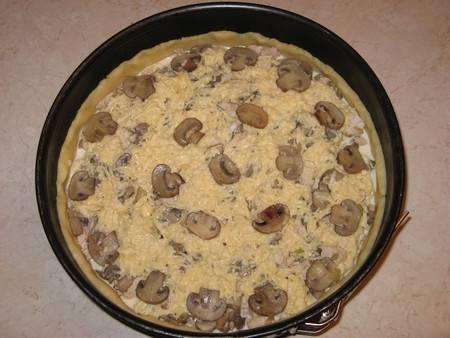 Сверху заливаем все заливкой и украшаем пирог пластинками грибов.