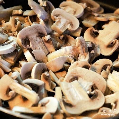 В сковороде разогреваем немного сливочного масла, кладем туда наши грибы и обжариваем на среднем огне около 5 минут.