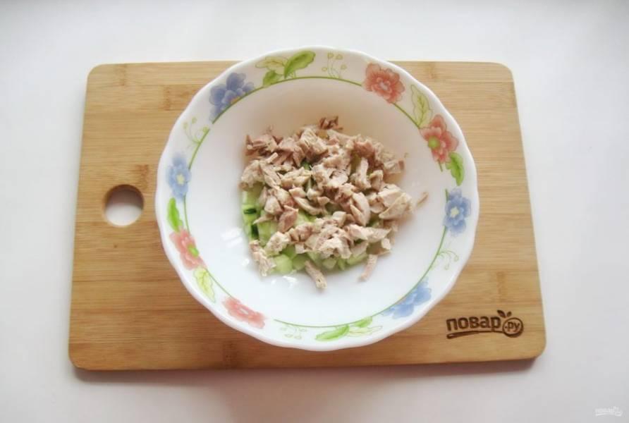 Отварную курицу нарежьте и добавьте в салат.