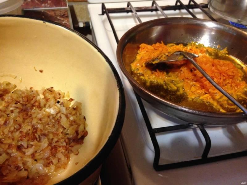 Обжарьте лук и морковку до золотистого цвета.