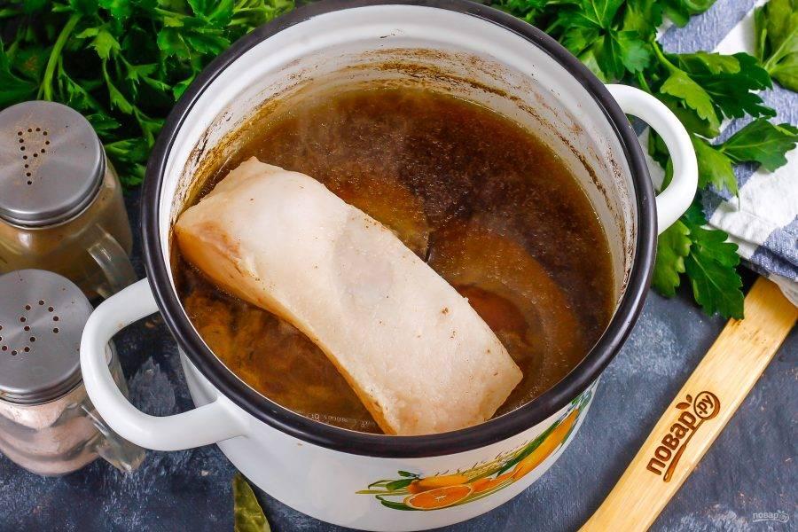 Примерно через 20 минут добавьте в кастрюлю промытое сало, соль. Отварите еще 5 минут до готовности. Печень пробейте ножом в самом широком месте, чтобы она проварилась и внутри.