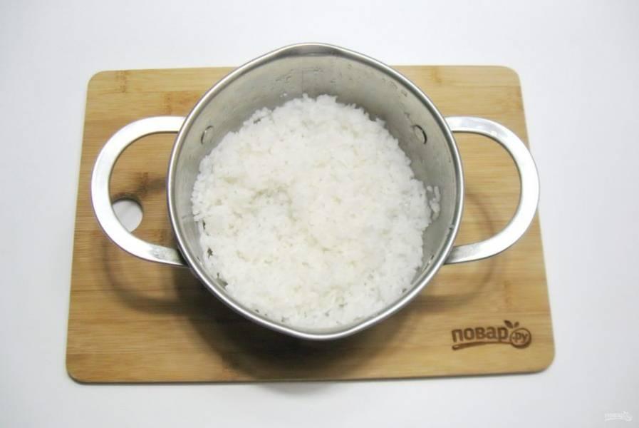 Пока свинина тушится отварите рис. Для этого налейте в кастрюлю воду и выложите рис. Соотношение риса к воде 1:2. Посолите по вкусу и варите рис до готовности. После воду слейте.