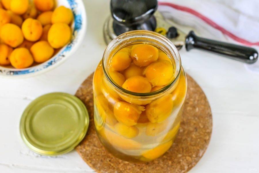 Залейте приготовленный сироп обратно в банку с абрикосами.