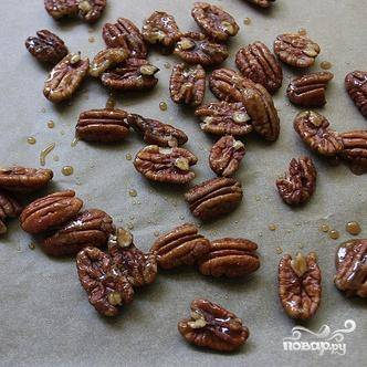 2. Выпекать орехи в духовке в течение 10-15 минут. Дать полностью стыть на противне. Разломать орехи на части, если это необходимо.
