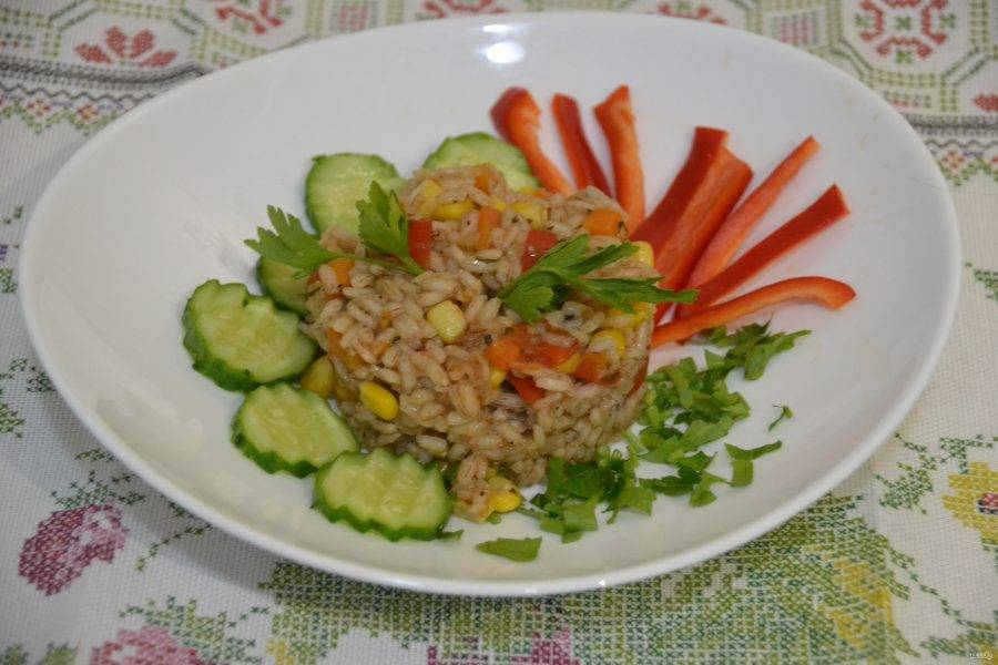 """Подавайте """"рис по-монастырски"""" дополнив зеленью и свежими овощами. Приятного аппетита!"""