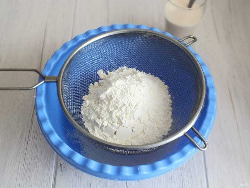 В чашу просейте муку. Добавьте 30 грамм сахара, соль. Перемешайте.