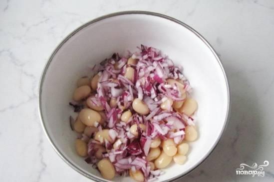 Мелко нарезанный лук отправляйте к фасоли. Лучше использовать именно красный лук, он меньше горчит и без термической обработки в салатах вкушается лучше :)