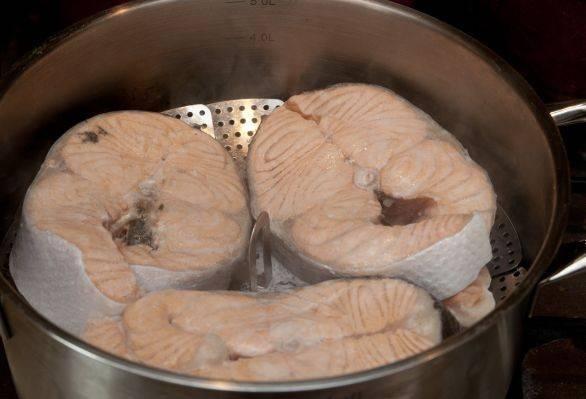 На пару рыба готовится минут 15-20. За 5 минут до окончания времени готовки посыпаем рыбу солью и перцем, сбрызгиваем соком лимона или лайма.