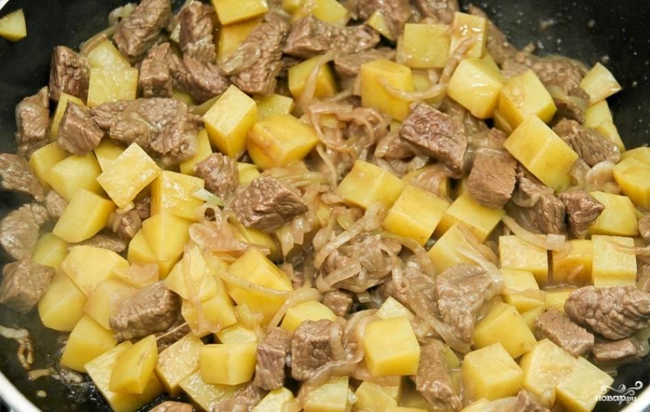 Потом увеличьте огонь до среднего и добавьте картофель. Жарьте ещё 4 минуты, постоянно помешивая.