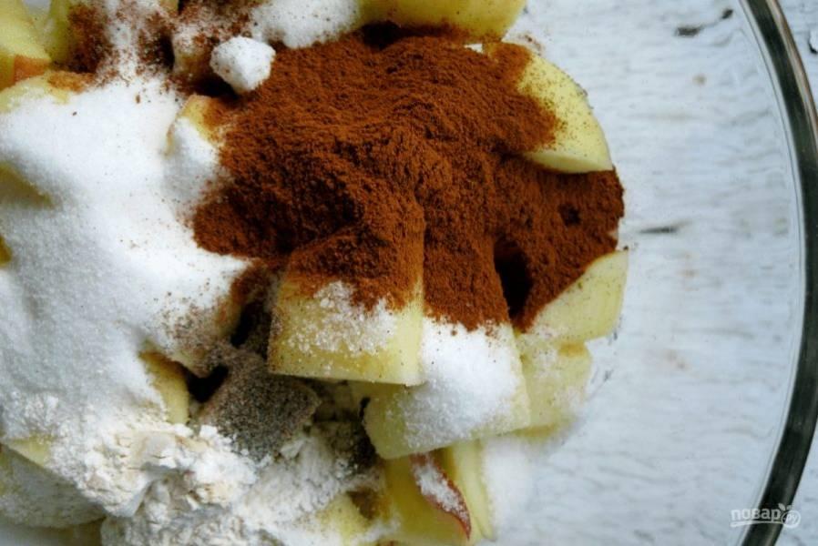 4.Не забудьте о корице, кардамоне, мускатном орехе, щепотке соли, 1 столовой ложке муки, яблочном соке, туда же добавьте и половину стакана сахара.