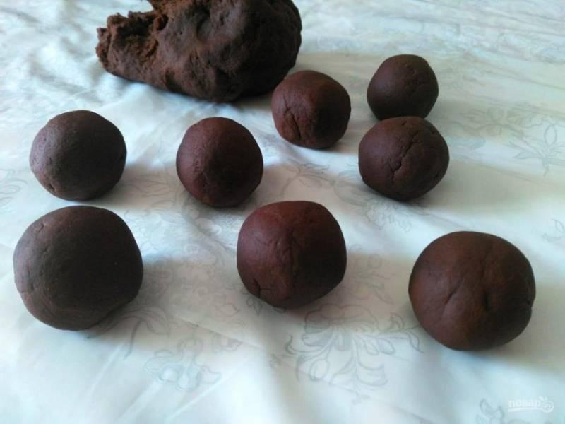 Отщипывая от готового теста небольшие кусочки, сформируйте шарики диаметром 2-2,5 см.