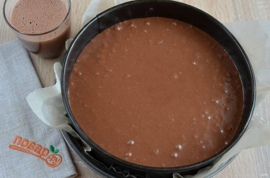 7. Прогрейте духовку до 180 градусов. Тесто перелейте в форму, предварительно застелив ее пергаментом, смазывать маслом не нужно. Отправьте в духовку на час.