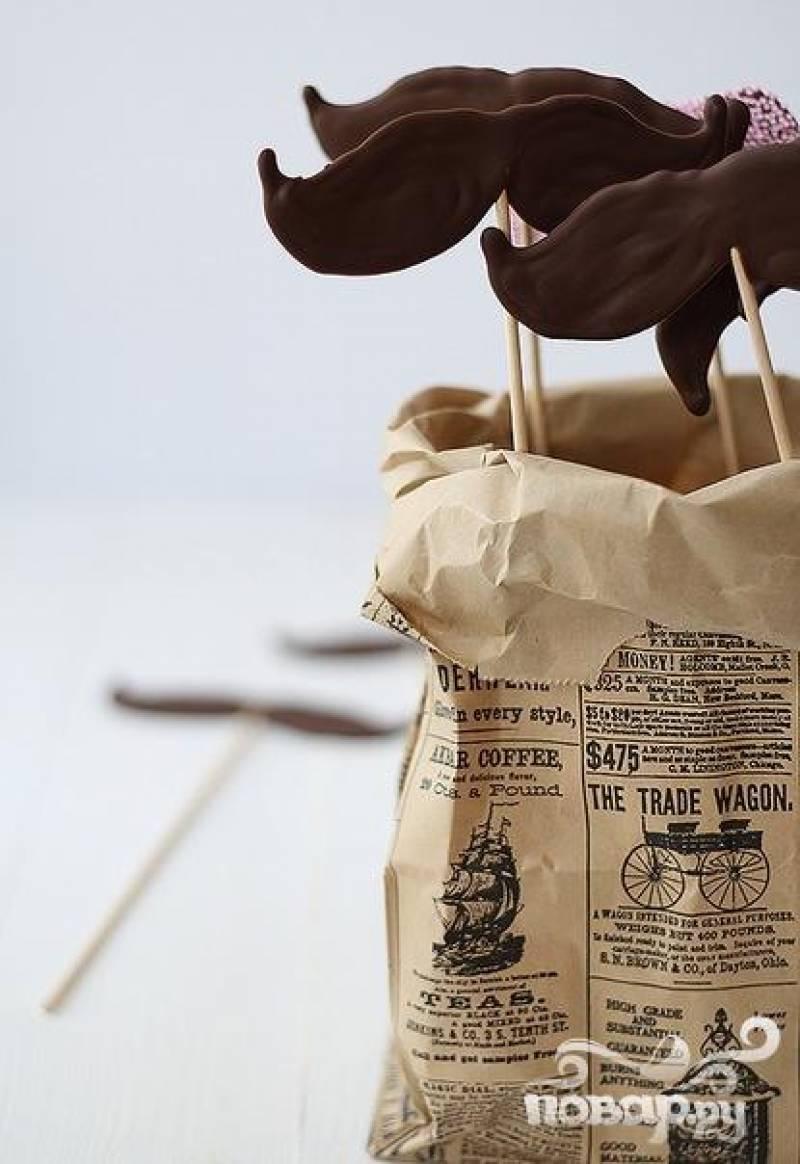 Дайте шоколаду застыть - предлагайте гостям и наслаждайтесь праздником! :)