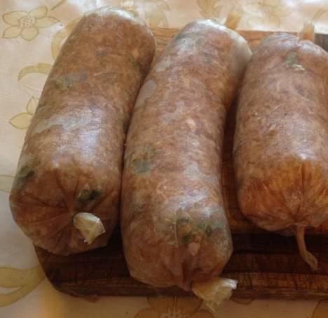 Если не найдете свиных кишок, в магазине можно найти приправы к сосискам, в которых есть кишки для набивки. Начинаем набивать фаршем кишки. Баварские сосиски должны быть толстыми, среднего размера.