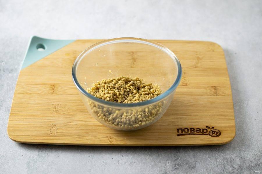 Грецкие орехи подсушите в сухой сковороде, затем измельчите в мясорубке.