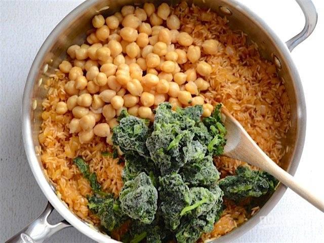 4.Откройте банку консервированного нута, слейте воду, добавьте в сковороду к рису, а также поломайте замороженные листья шпината.