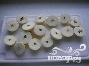 Очистить яблоки и разрезать пополам поперек.