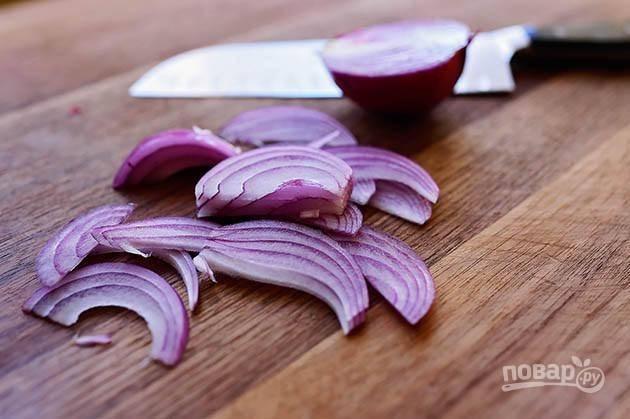 4. Нарежьте лук на тонкие полукольца.