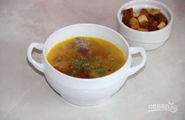 8.Подаю блюдо обязательно горячим, с обычными сухариками и мелко нарубленной зеленью. Приятного аппетита!