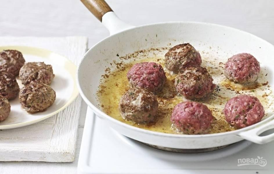 3. Разогрейте оливковое масло на сковороде и обжарьте митболы до полной готовности.