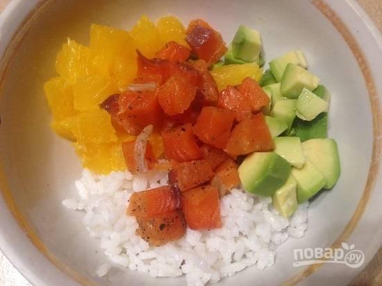 3. Рыбу тоже нарезаем небольшими кубиками, отправляем все ингредиенты в миску.