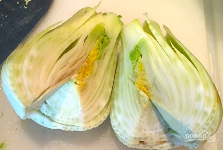 2.Разрежьте луковицу фенхеля на 2 части.