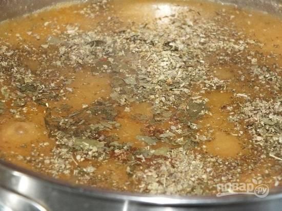 Муку размешайте с небольшим количеством воды и вылейте в в гуляш, не забывая его при этом перемешивать. Добавляем сухой майоран, соль, тмин.