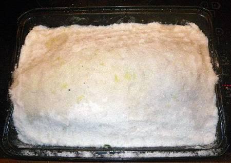5. Далее рыбку полностью нужно покрыть тонким слоем соли. Чтобы было проще ее лепить, можно добавить немного воды. Верх взбрызнуть соком лимона (лайма) и отправить противень в хорошо разогретую духовку.