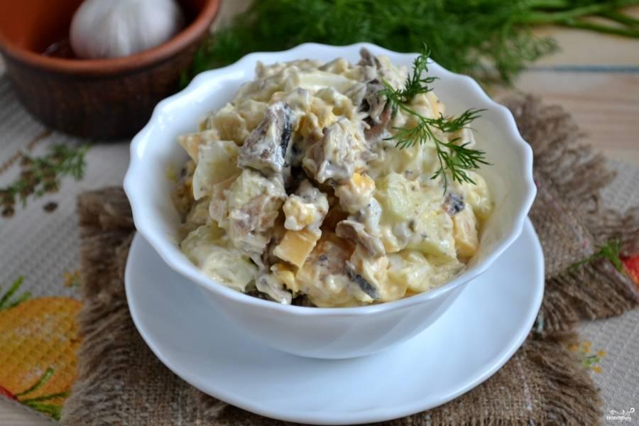 Салат из шпрот готов. Приятного аппетита!