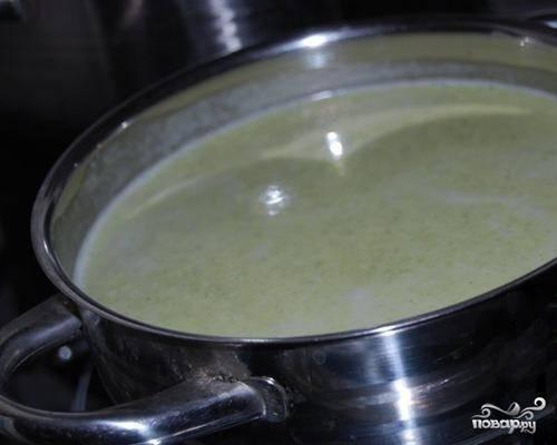 3. Смешайте овощное пюре с бульоном. Диетический крем-суп из брокколи готов! Приятного аппетита! Если вы сочтете, что суп вышел слишком жидким, добавьте в него 1 ст. л. пшеничной муки и проварите на медленном огне, помешивая, 1-2 минуты.
