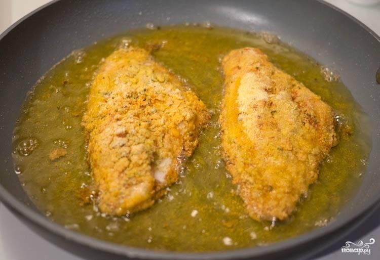 Стряхните рыбку над тарелкой с кляром, чтобы избавиться от излишков кляра. Положите на разогретую сковороду с подсолнечным маслом. Жарьте рыбку с обеих сторон по три-четыре минутки.