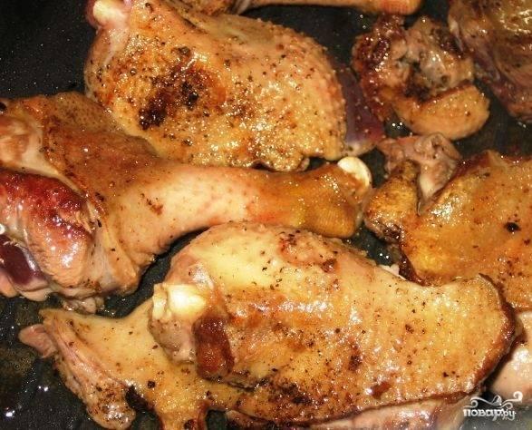 Разогреваем сковороду с растительным маслом, обжариваем на ней кусочки гуся до румяной корочки.