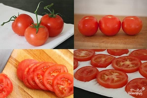 2. Вымойте и обсушите помидоры. Острым ножом нарежьте их тонкими ломтиками и выложите на бумажные полотенца, чтобы убрать излишки влаги.