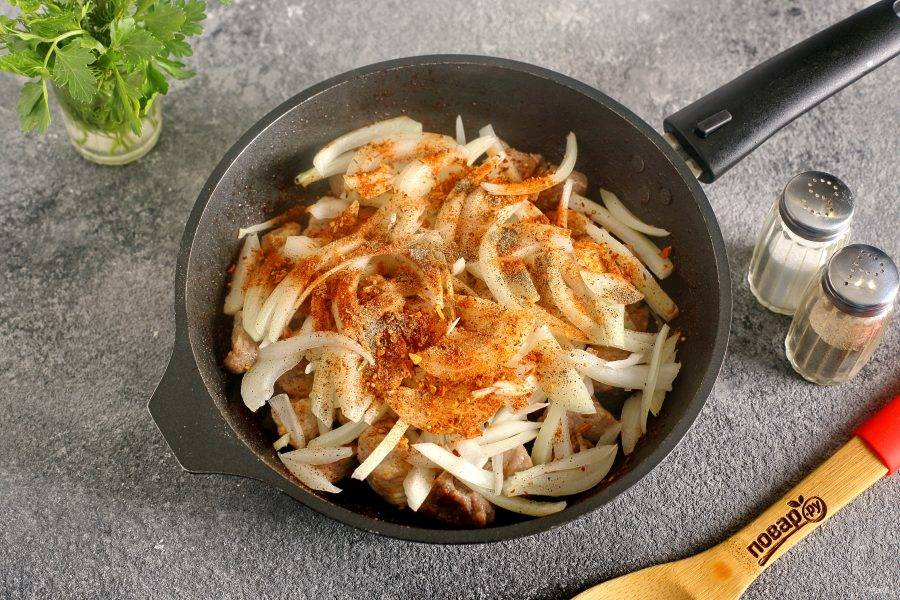 Затем добавьте нарезанный перьями лук, соль и специи по вкусу.