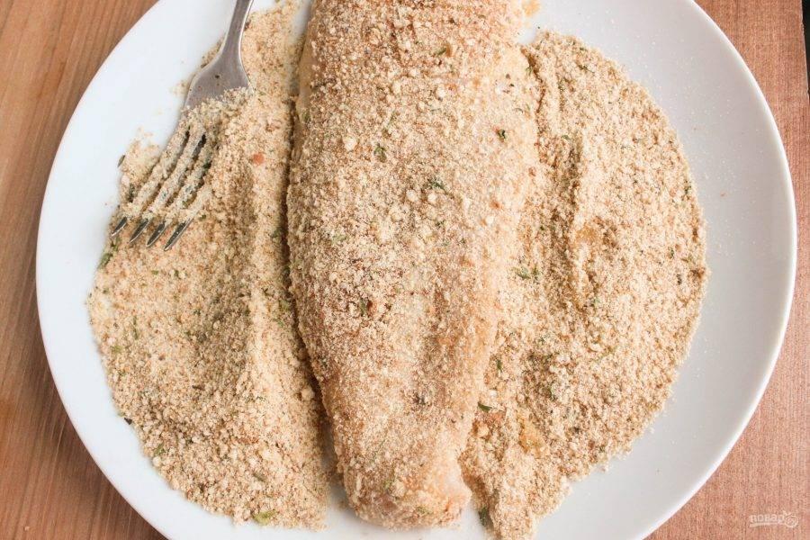 4.В тарелку насыпьте панировочные сухари и обваляйте филе с каждой стороны.