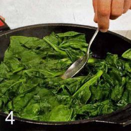 Тем временем приготовить начинку. Шпинат промыть, отрезать стебли. Нагреть в сковороде сливочное и оливковое масло, положить шпинат. Готовить 2 мин., снять с огня, приправить черным перцем.