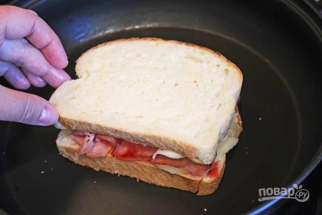 3. Затем ломтик сыра и снова хлеб.