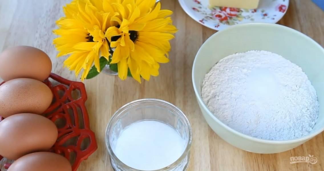 2.Муку смешайте с солью, сахаром и перемешайте.