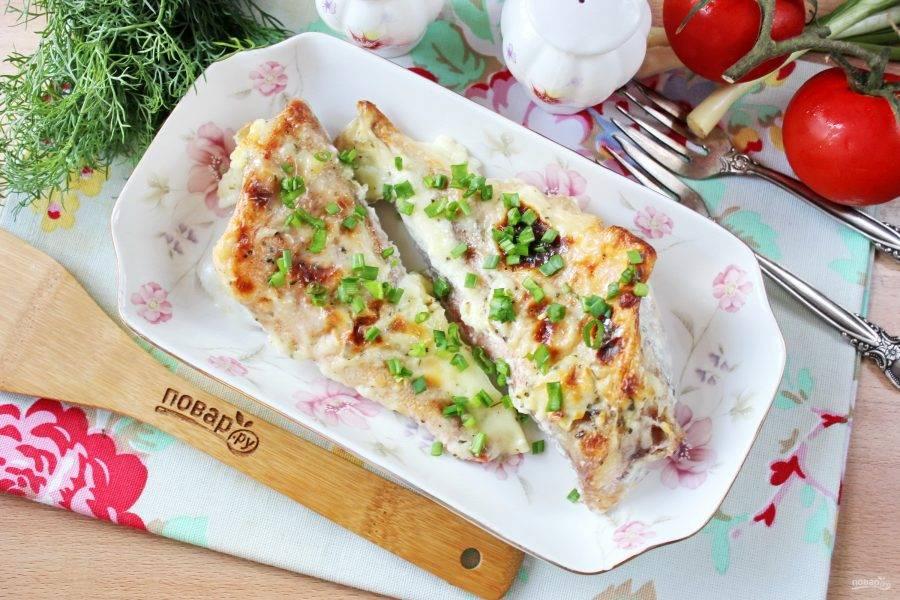 Морской окунь в молоке в духовке готов. Подавайте в горячем виде с отварным рисом, картофельным пюре, овощами.