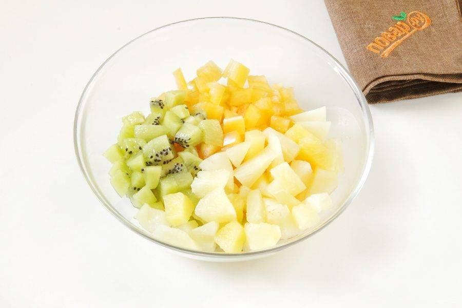 Соедините нарезанный кубиками болгарский перец, нарезанное примерно такими же кубиками киви и ананас кусочками. Если кусочки достаточно крупные, то можно их измельчить.
