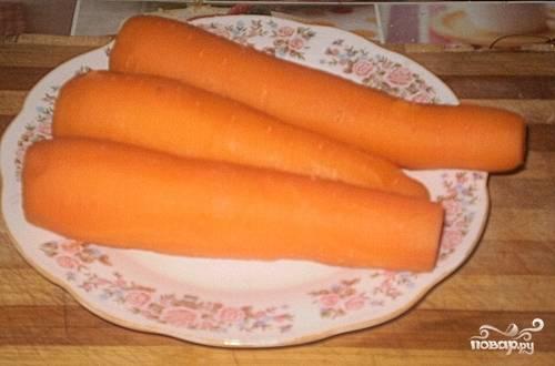 Картофель и морковь помойте, почистите и отварите до готовности в подсоленной воде. Затем остудите.