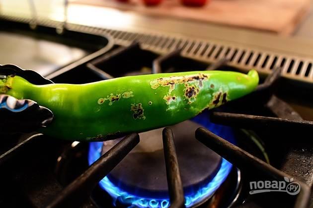 3. Обжарьте перец на огне.