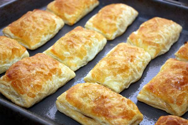 Температуру убавляем до 180 и ставим выпекаться пирожки на 20-25 минут.