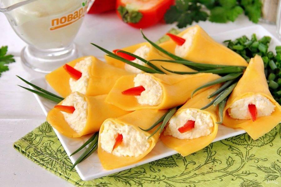 В серединку каждого кулечка вставьте полоску болгарского перца и украсьте готовые каллы по желанию зеленью. Приятного аппетита!