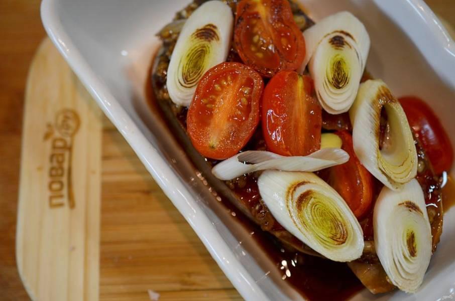 На стейк выложите помидоры с луком, добавьте каперсы. Посыпьте майораном. Если не хватает соли, посолите.