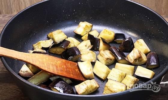 Разогрейте масло на сковороде. Обжарьте на нём баклажаны.