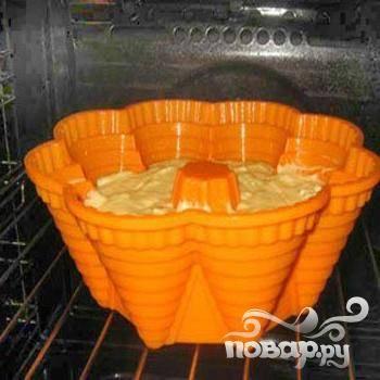 5.В разогретую духовку, должна быть температура сто восемьдесят градусов, ставим форму с тестом и минут 45 – 50 выпекаем. Готовность кекса можно проверить зубочисткой. В кекс воткнуть зубочистку: если она слегка влажная – тесто не пропеклось, сухая – кекс готов.