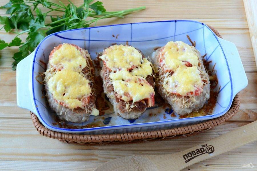 Запекайте котлетки в духовке при температуре 180 градусов 20-25 минут. Котлеты под шубой с помидорами и сыром готовы! Кушайте с удовольствием!